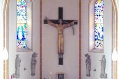 Altarraum mit Kreuz