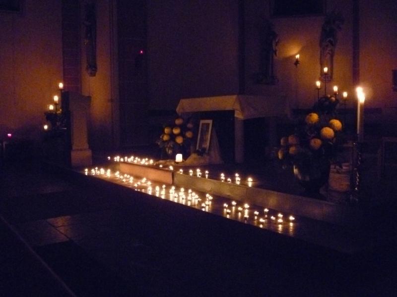 Kerzen im Altarraum beim Taizé-Gebet