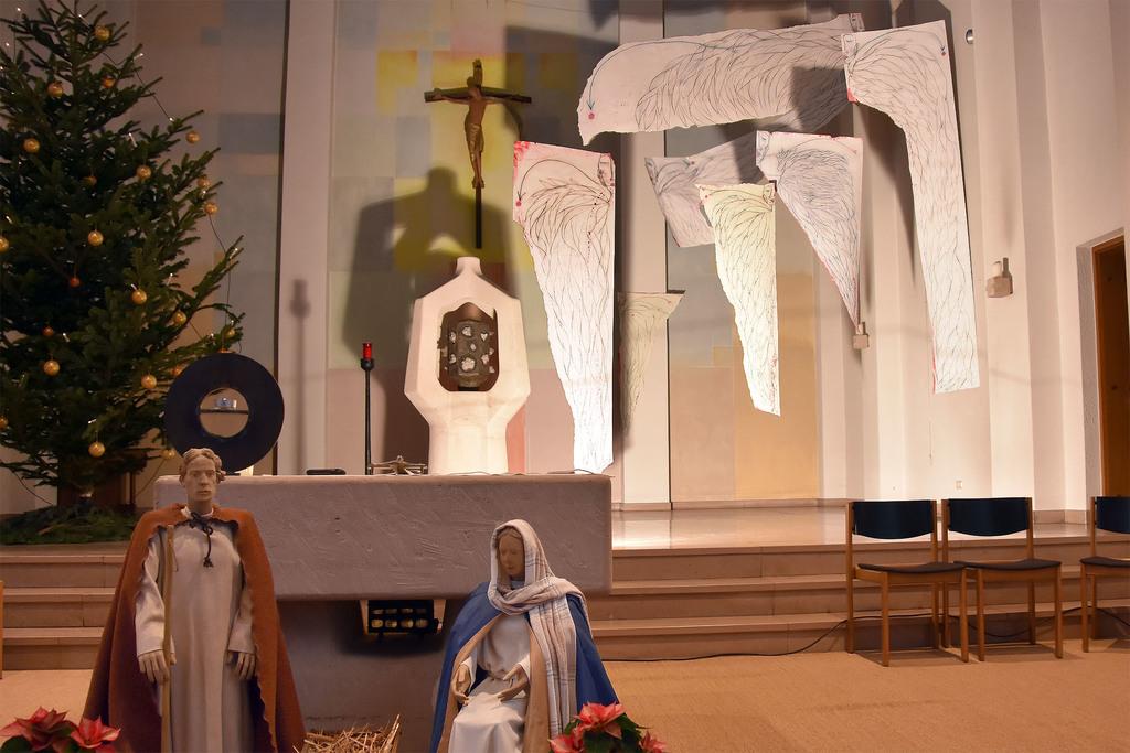 Engel im Altarraum der Güdinger Kirche