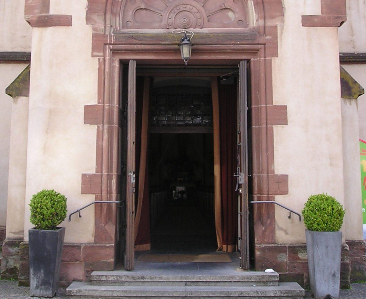 Portal der Brebacher Kirche Maria Hilf