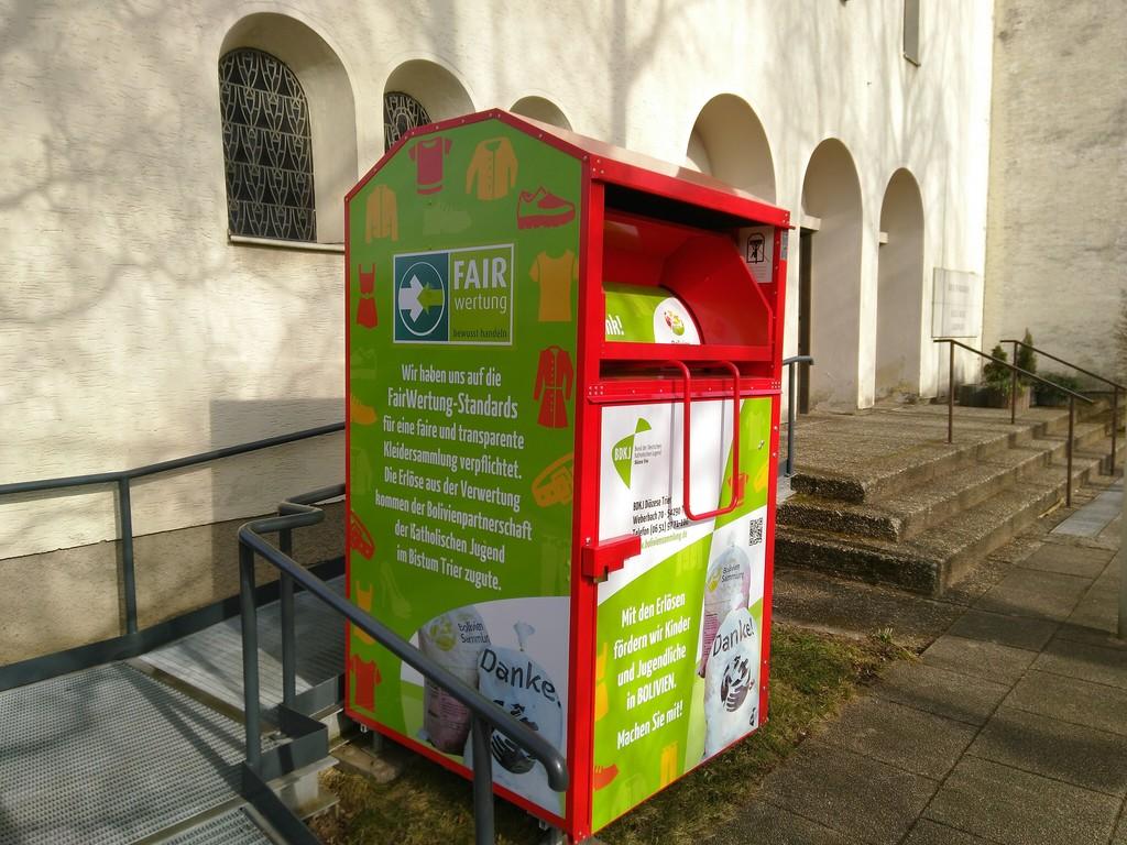 Container vor der katholischen Kirche Güdingen