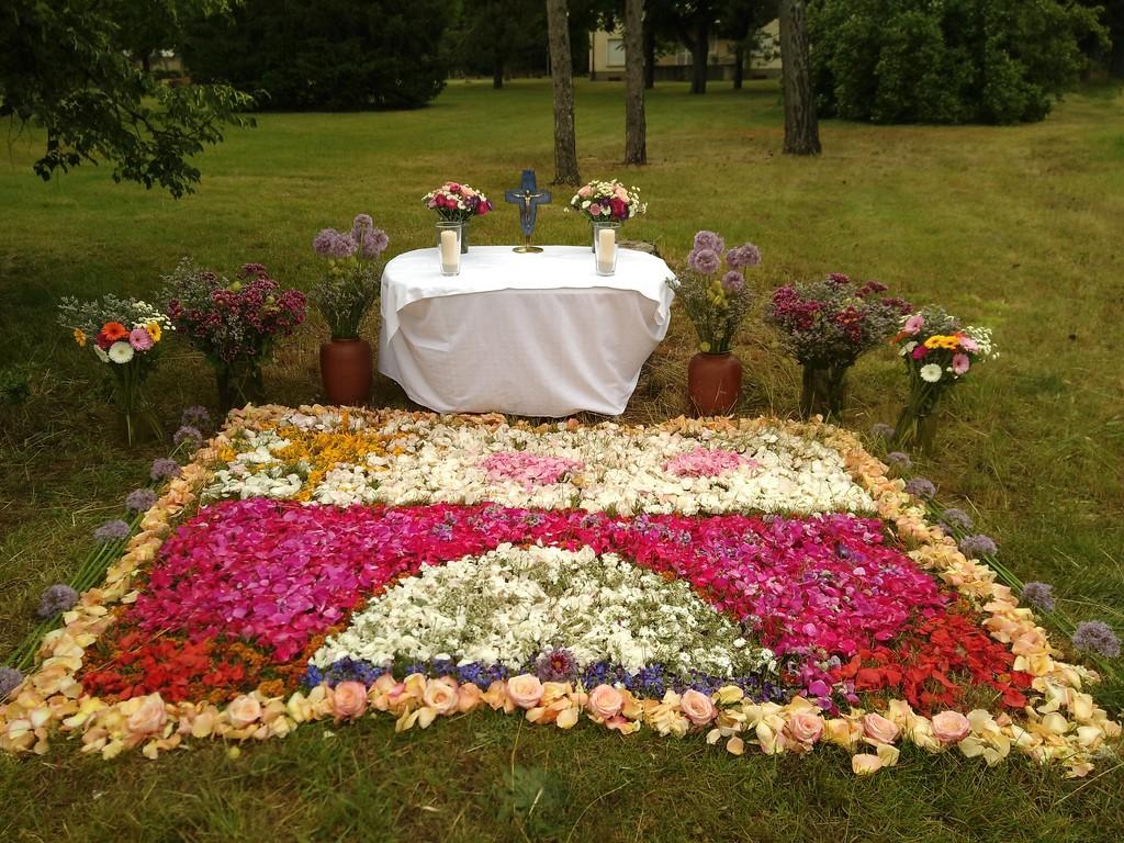 Der Altar der Kommunionkinder mit Blumenteppich
