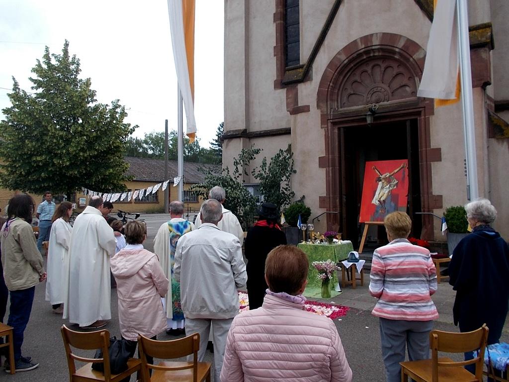 Fronleichnamsgottesdienst in Brebach vor der Kirche
