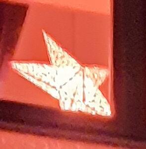Beleuchteter Stern im Fenster