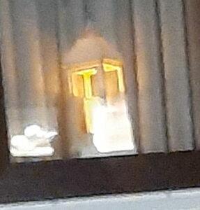 Einzelne Laterne im Fenster